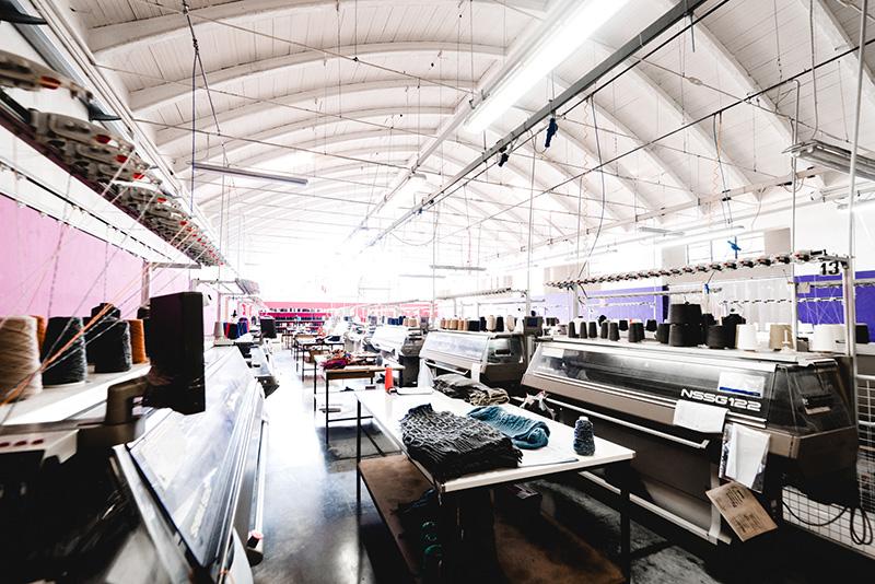 Internamente al reparto di tessitura composta da 70 macchine Shima Seiki è  presente anche un ufficio controllo qualità per garantire un prodotto che  ... 2227386b45e